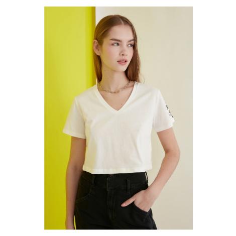 Modyol Crop Dzianinowy T-shirt z haftem Ekru Trendyol