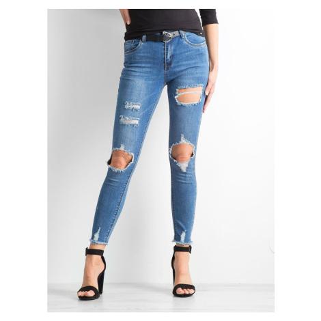 Niebieskie dżinsy z otworami