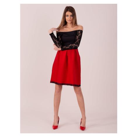 Damska czerwono-czarna sukienka z gołymi ramionami