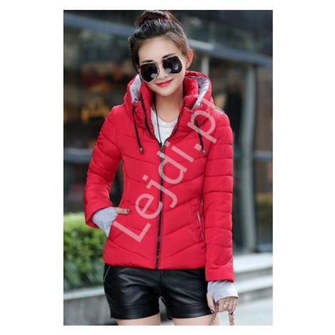 Czerwona pikowana krótka kurtka z kapturem i z szarymi dresowymi wstawkami