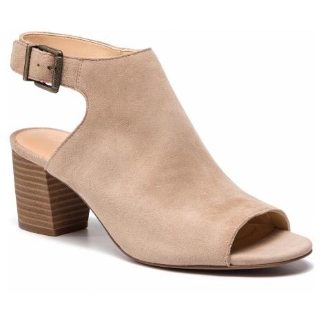 Sandały CLARKS - Deloria Gia 261401874 Sand Suede