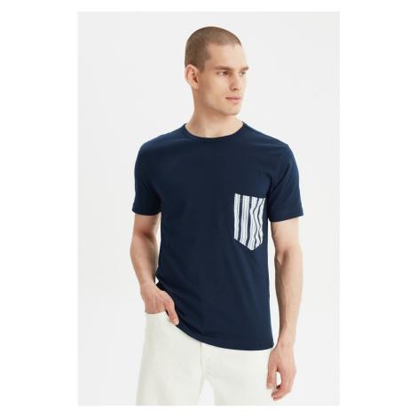 Modsyol Navy Blue Męskie Paski Na szyi Z krótkim rękawem T-Shirt z kieszonką Trendyol