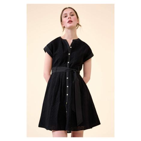 Ażurowa sukienka z paskiem Orsay