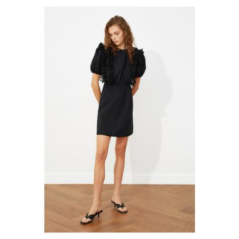 Suknia z falbanką Trendyol z czarnymi koronkowymi detalami