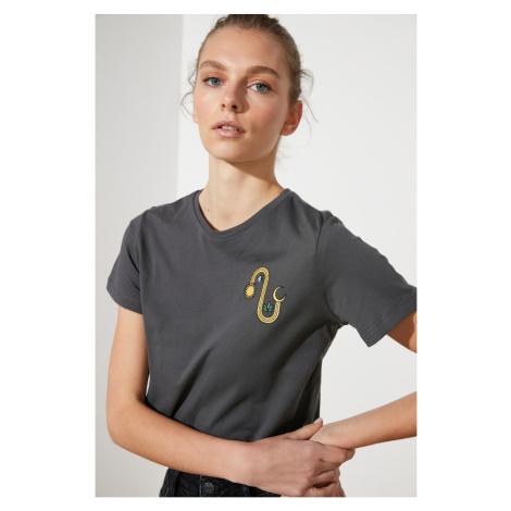 Modyol Antracyt haftowany crop dzianinowy T-shirt Trendyol