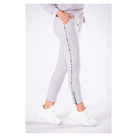 spodnie dresowe z paskami i ściągaczem w talii