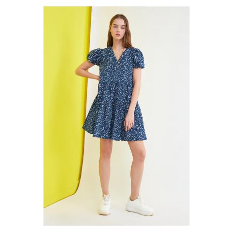 Trendyol Granatowa niebieska sukienka z kwiatowymi wzorzystwem z szerokim krojem