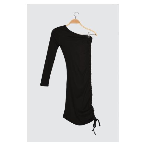 Trendyol Czarny Butt z jednym rękawem — szczegółowa dzianinowa sukienka