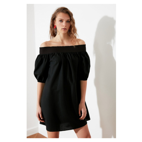 Suknia z czarnym kołnierzykiem Trendyol