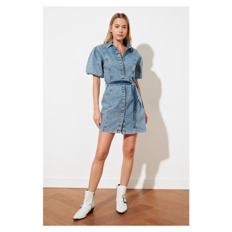 Suknia jeansowa z paskiem Trendyol Blue Belted Arm