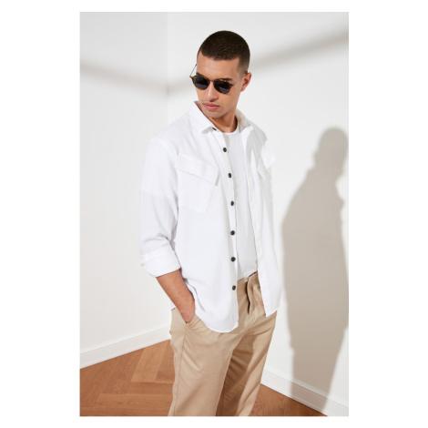 Trendyol White Męski Relax Fit Symetryczna podwójna górna kieszonkowa koszula z długim rękawem