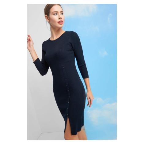 Dopasowana sukienka z guzikami Orsay